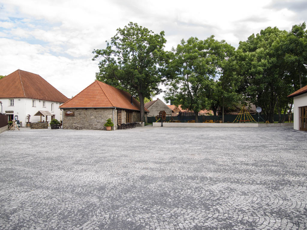 Stodola Herink - pohled na nádvoří, dětské hřiště, pivnici, restauraci