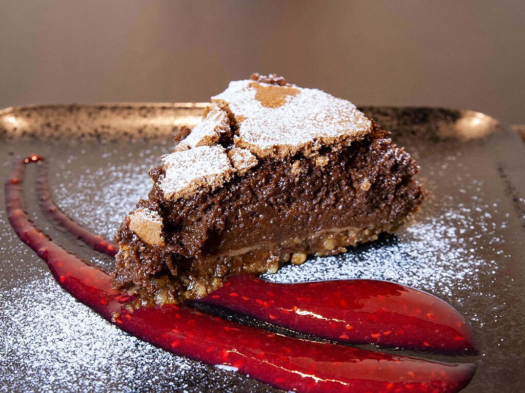 Čokoládový dort s ořechy a malinovou redukcí